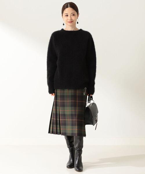 黒ニット×ブラウンチェック柄スカート