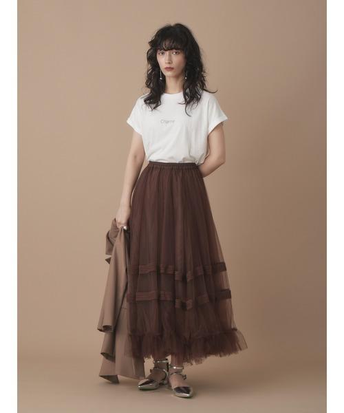 白ロゴTシャツ×ブラウンチュールスカート