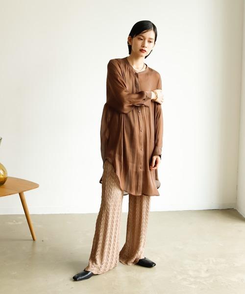 ブラウンシャツ×ベージュカギ編みパンツ