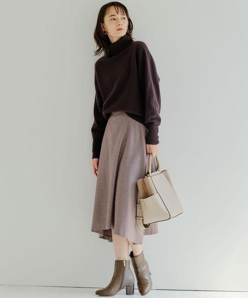 タートルネックニット×レディーススカート