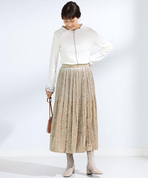 ベージュベロアスカート×白トップスコーデ