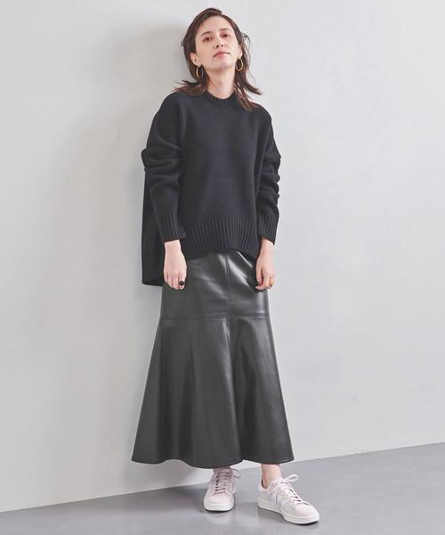 クルーネックニット×ロングレザースカート