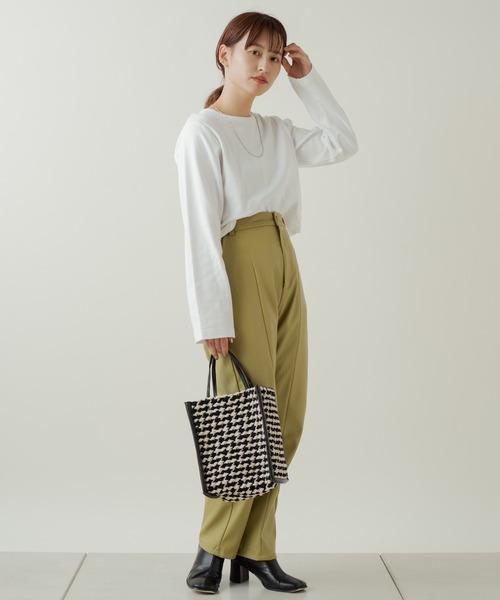 白Tシャツ×グリーンレザーパンツ