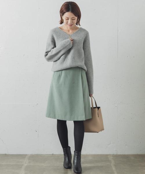 Vネックニット×ラップ台形スカート