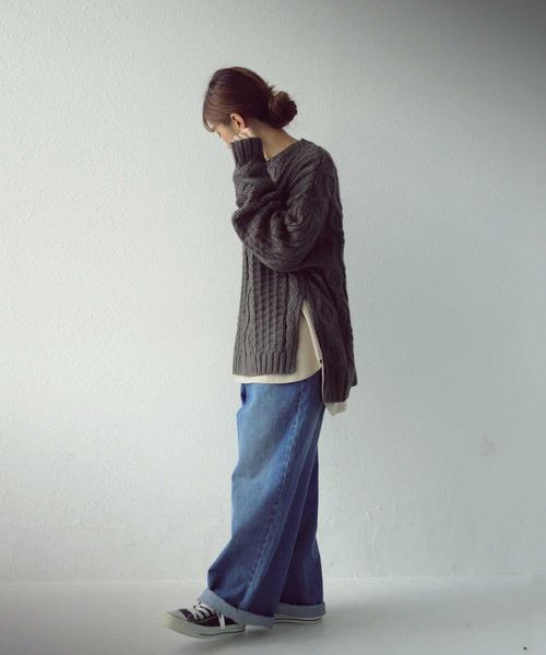 [antiqua] 【ZOZO限定】程よい肉厚とざっくり編みでまさに理想の一着。 スリットケーブル編みニット