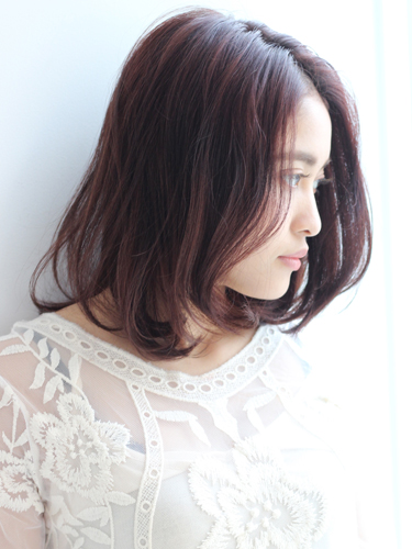 ラフ感が大人っぽい暗めピンクのミディアムヘア