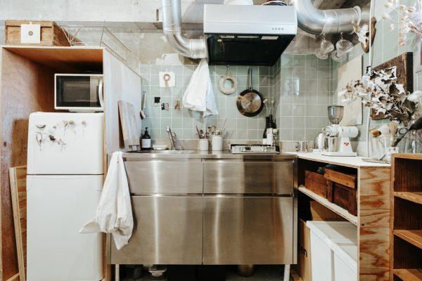 色数を抑えたシックなキッチンインテリア