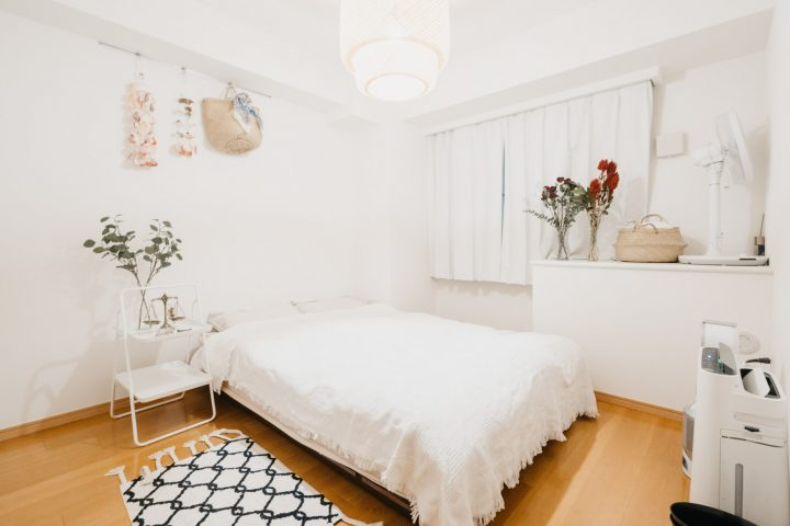 インテリアを白で統一した6畳寝室レイアウト