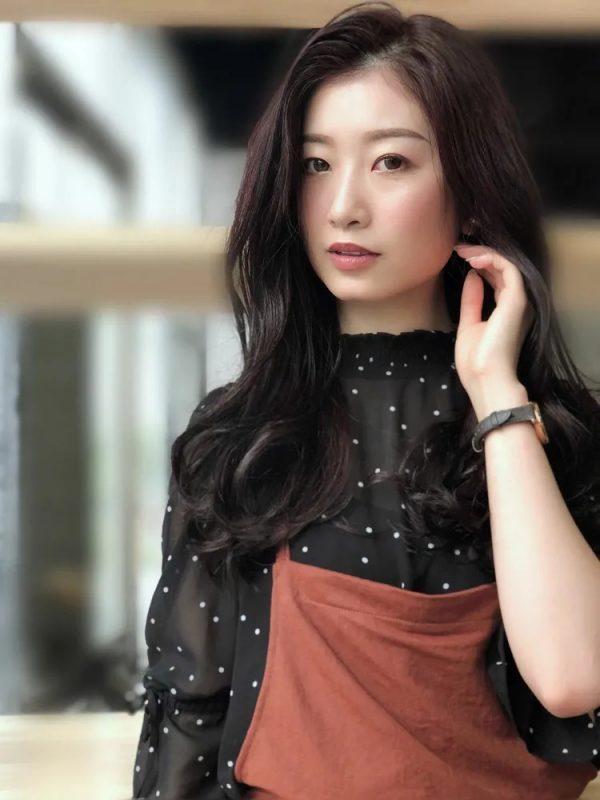 大人っぽさで人気を集める韓国風ロングヘア