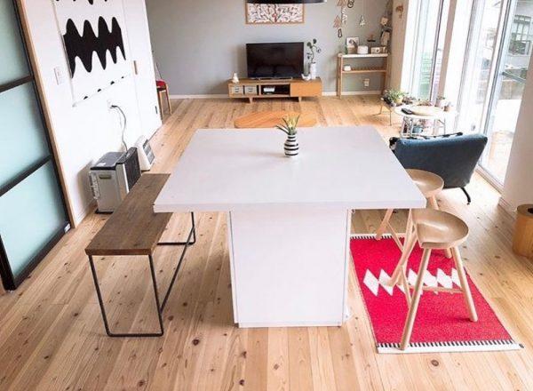 スクエア型の白いテーブルが明るい印象に