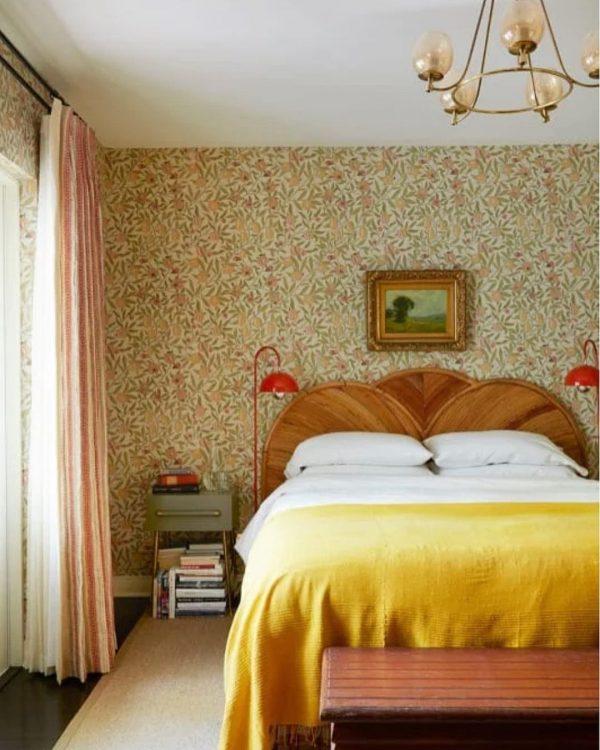 優しいカラーの花柄クロスが寝室を上品に
