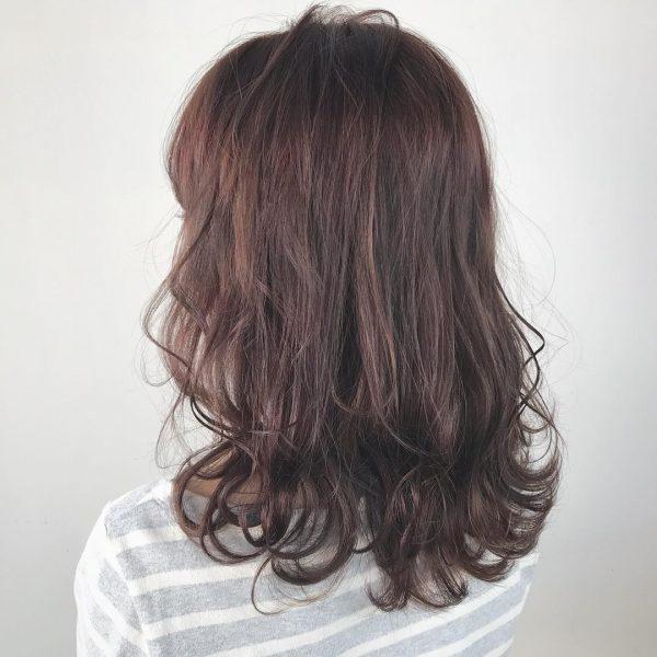 軽やかな質感の暗めピンクのセミロングヘア