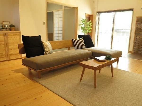 和の雰囲気にマッチするベージュのソファ
