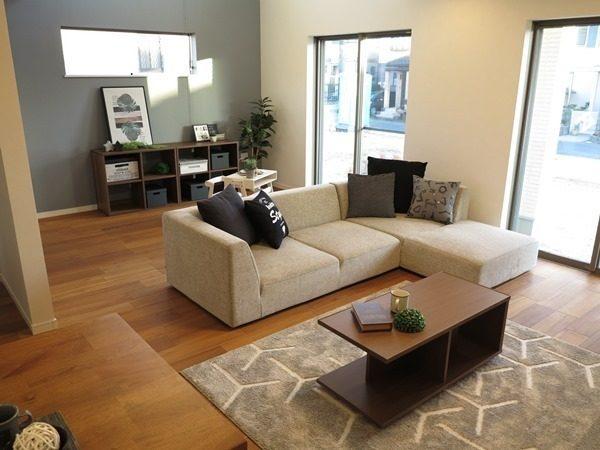 部屋をゾーニングするベージュのソファ