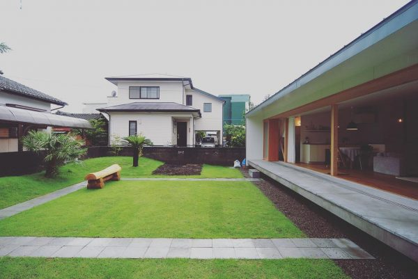 公園のような平屋住宅の庭