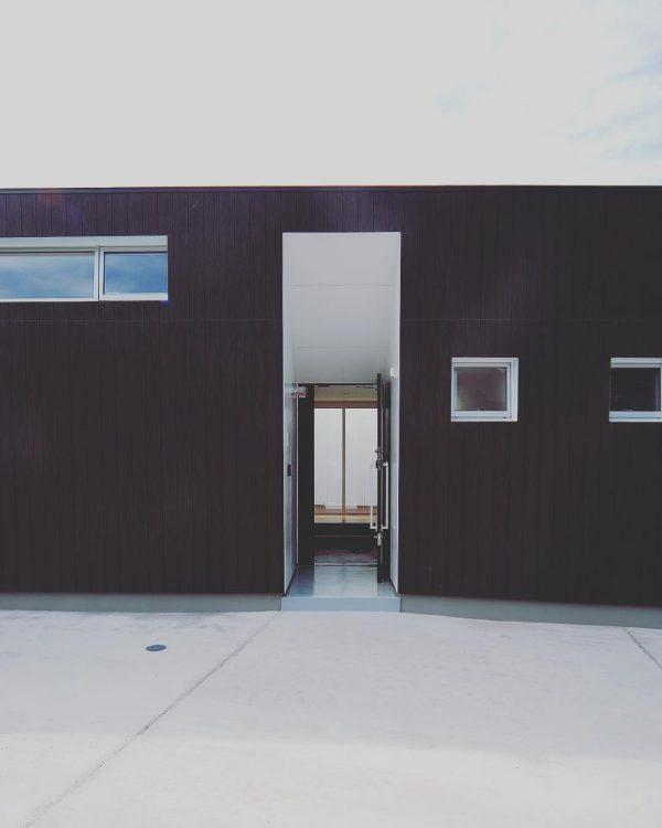 黒と白でかっこいい平屋住宅の外壁