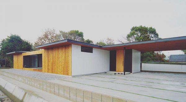 外壁と統一した平屋住宅の玄関