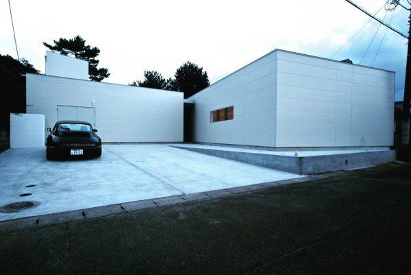 白で統一した平屋住宅の外壁