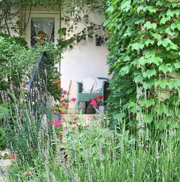 玄関周りにおしゃれな洋風ソファ