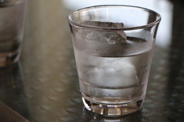 寝室には寝る時にコップ一杯の水を置くと◎