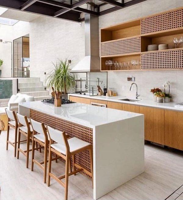 ホワイト×ウッドのリゾートライクなキッチン