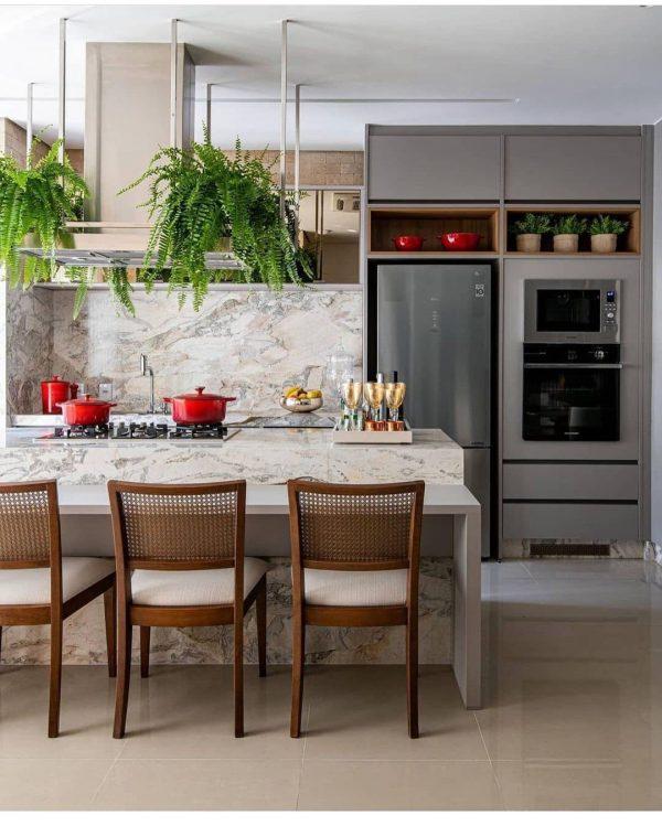 赤いキッチンアイテムがポップな差し色に