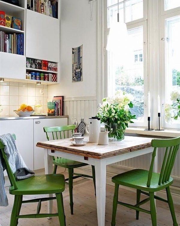 グリーンの椅子を並べて清涼感を演出