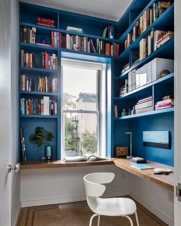 ブルーのオープン棚がおしゃれで機能的