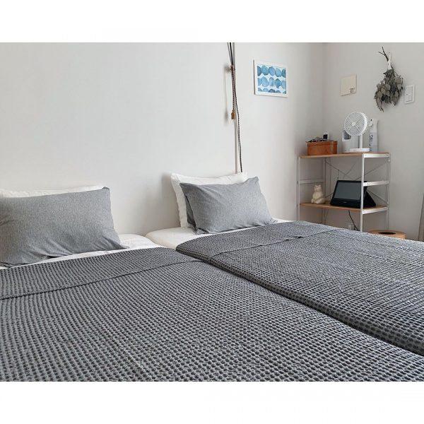 ベッドのある北欧モダンな寝室レイアウト