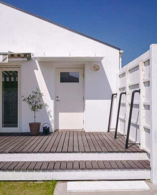 白で爽やかな平屋住宅の玄関