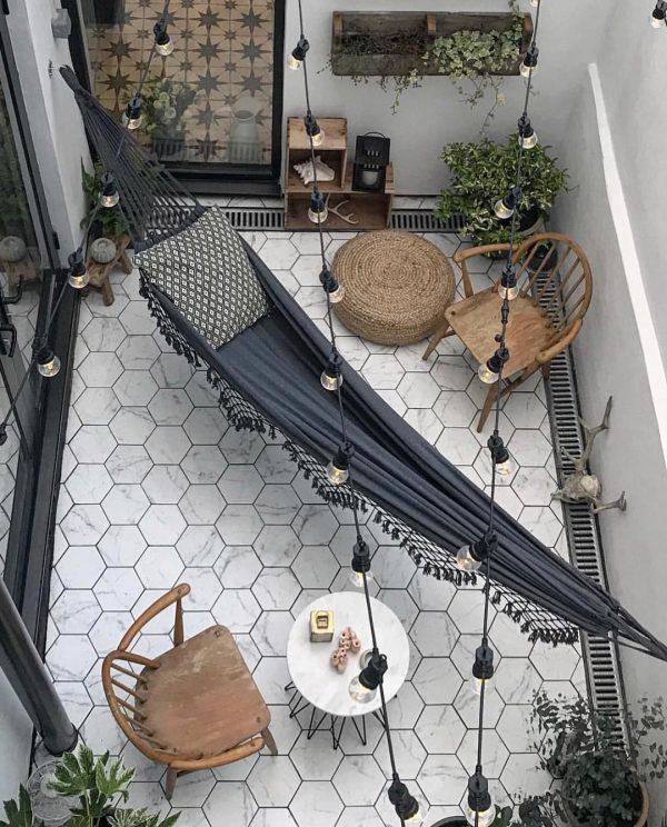 ヘキサゴンタイルがお洒落な中庭スペース