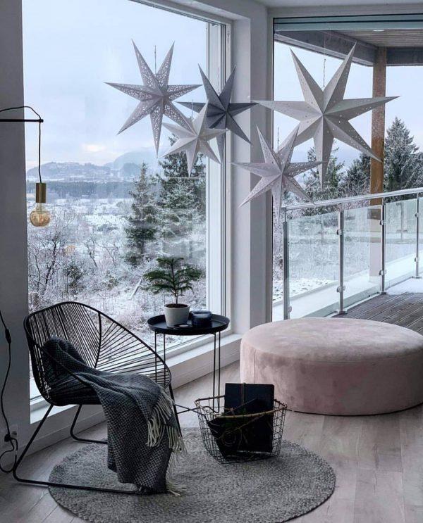 真っ白い冬の景色を望むリラックススペース