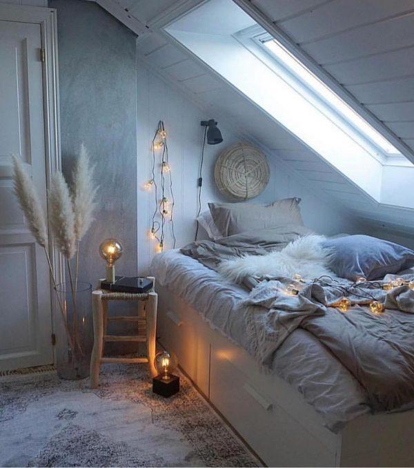 映画のシーンを思わせる屋根裏寝室