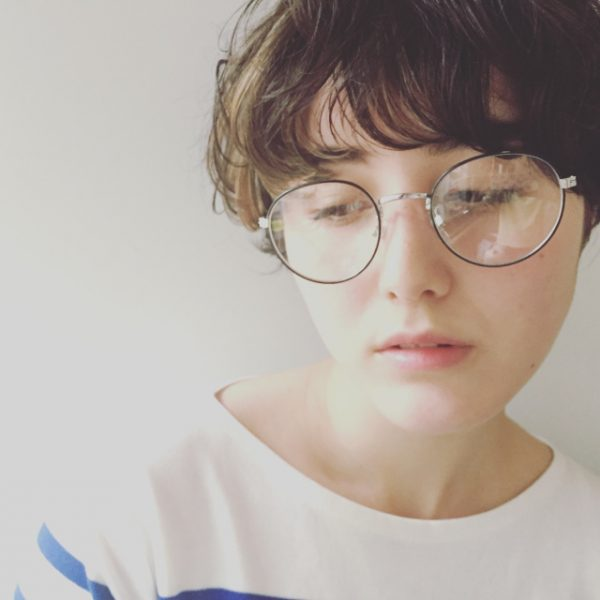 ニュアンスパーマのショートヘア×メガネ