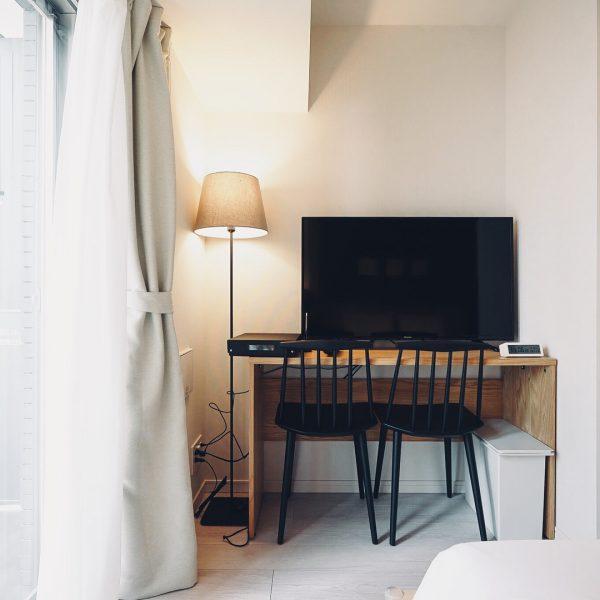 シンプルな机をテレビ台に代用