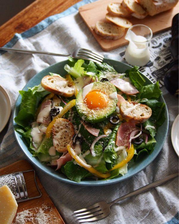 アボカドと玉子のシーザーサラダ
