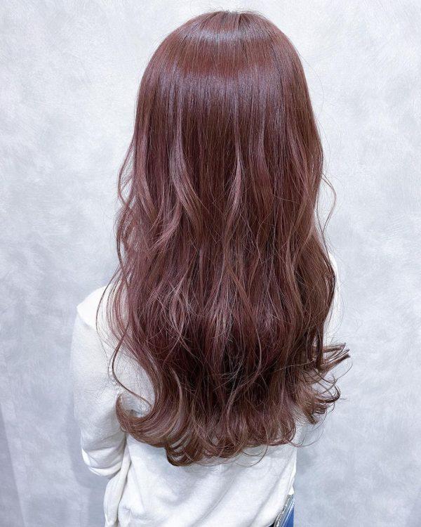 上品なツヤの暗めピンクのロングヘア