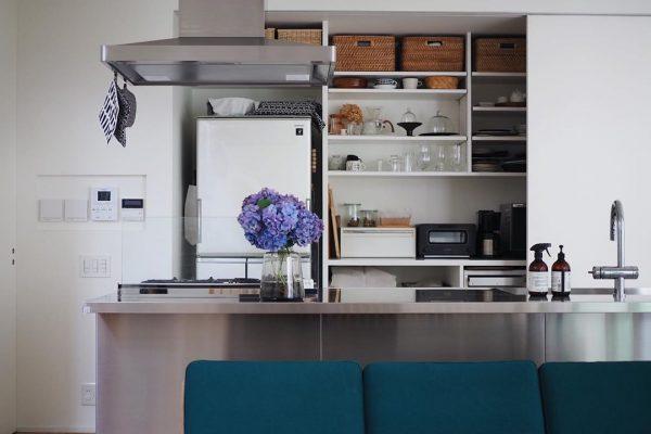 丸ごと扉で隠せるキッチン背面収納