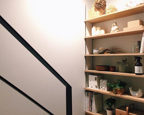 インテリアショップを思わせる階段前の収納