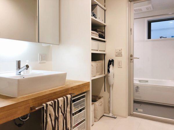 大容量の収納棚が嬉しいバスルーム