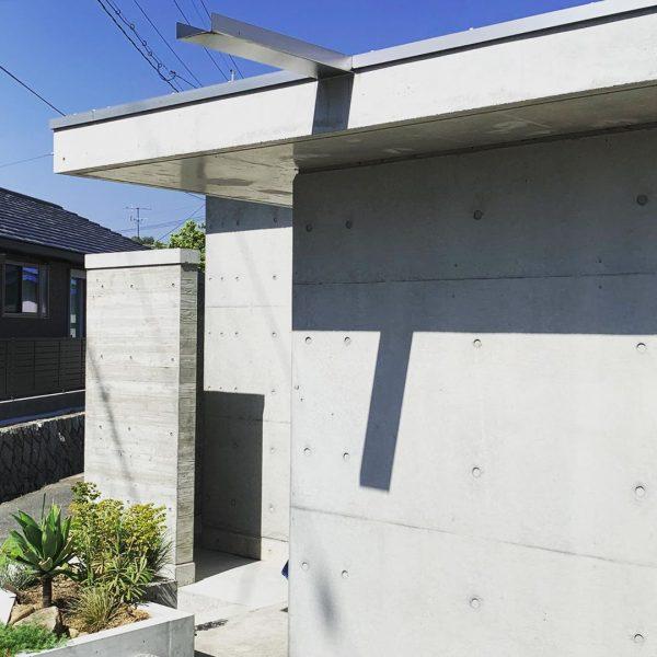 コンクリートの平屋住宅の外壁