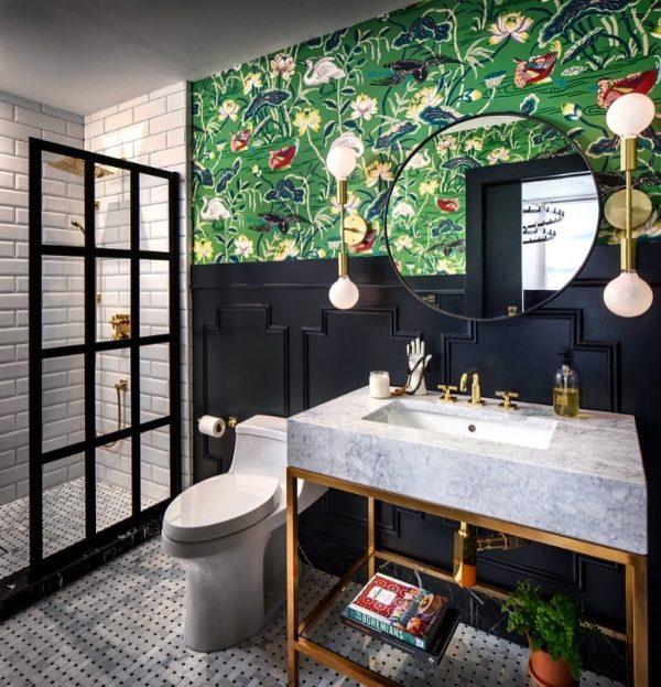 印象的な壁紙で仕上げたバスルーム