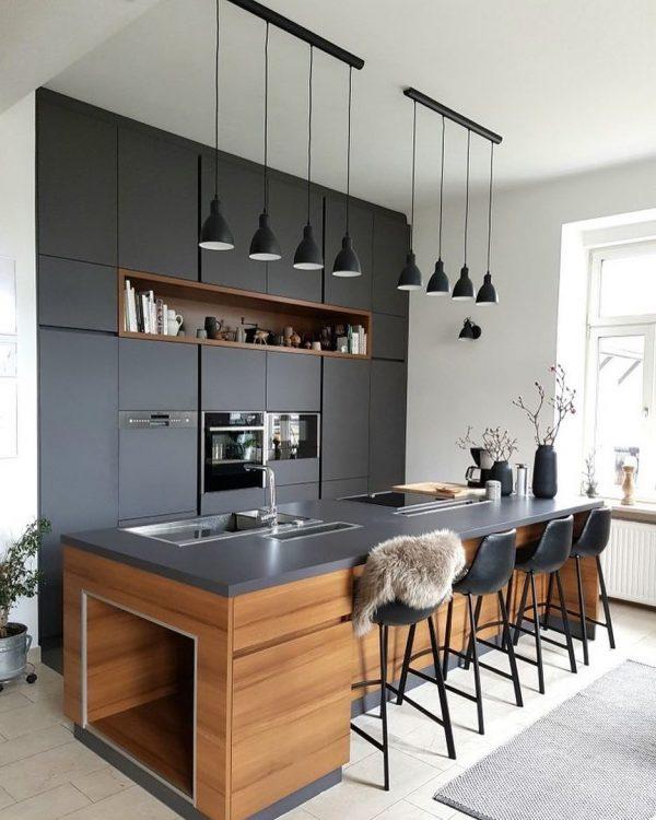 整然と並ぶ照明や椅子がスタイリッシュなキッチン