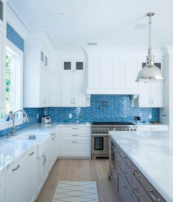 ブルーのタイルが爽やかなキッチン