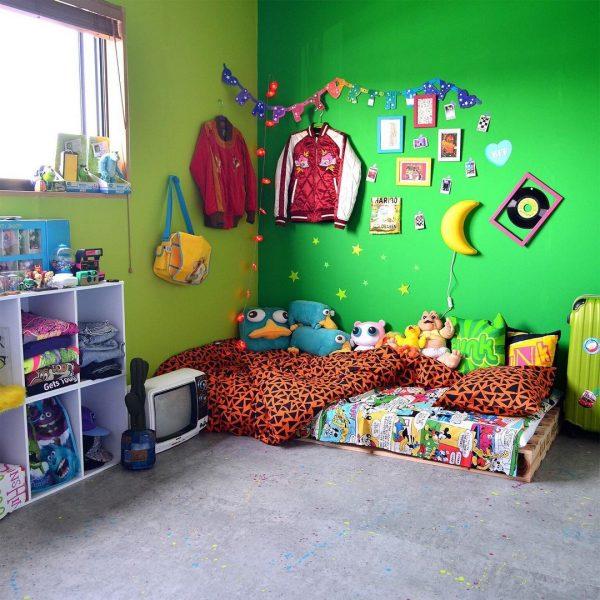 子ども部屋には濃淡2色の壁紙で