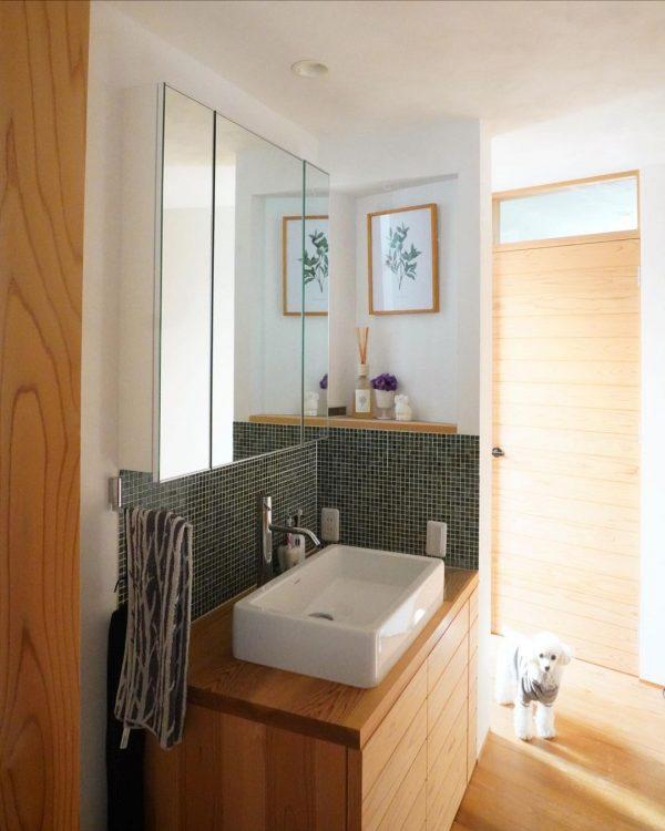 モザイクタイル×ウッドで仕上げた洗面所