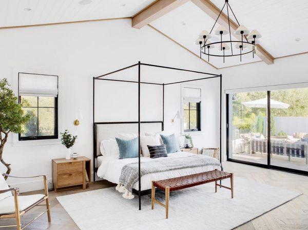 家具や照明は、華奢なものを選ぶ