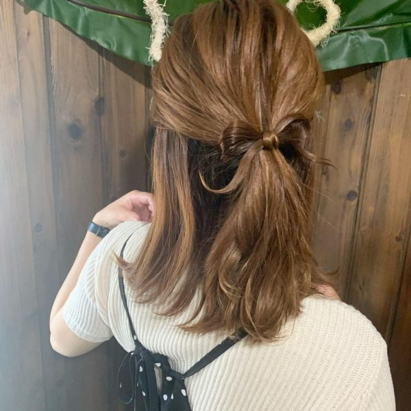小さめリボンが可愛い前髪なしのハーフアップ