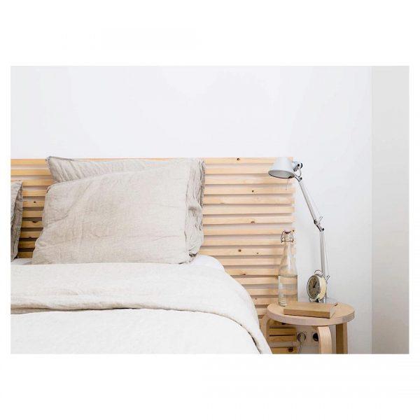 シンプルデザインのスツールがベッドサイドに◎