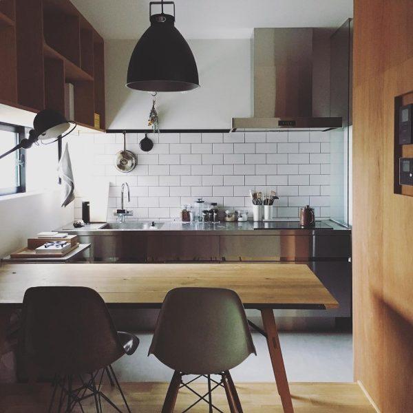木製テーブルとインダストリアルな照明が好相性